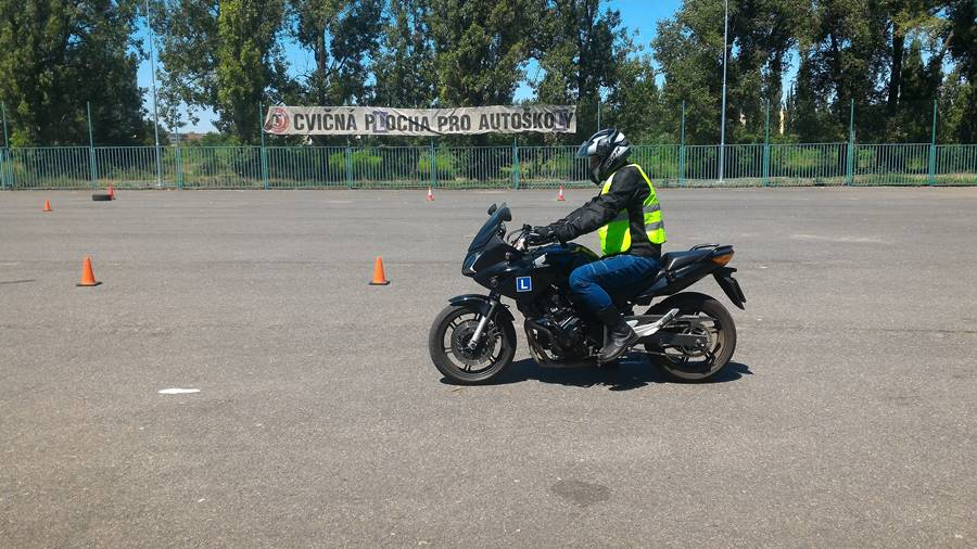 S žáky na cvičišti - rozjezdy motocyklu