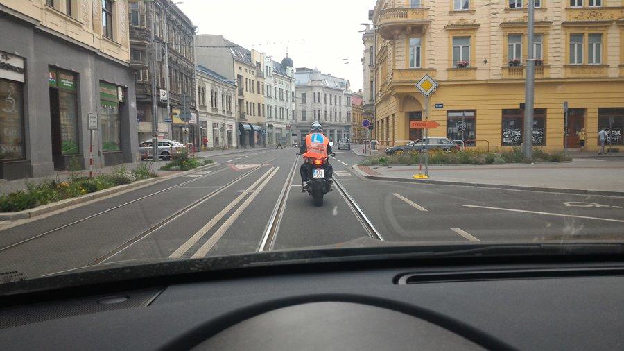 Samostatná jízda na motocyklu žáka autoškoly v centru Ostravy
