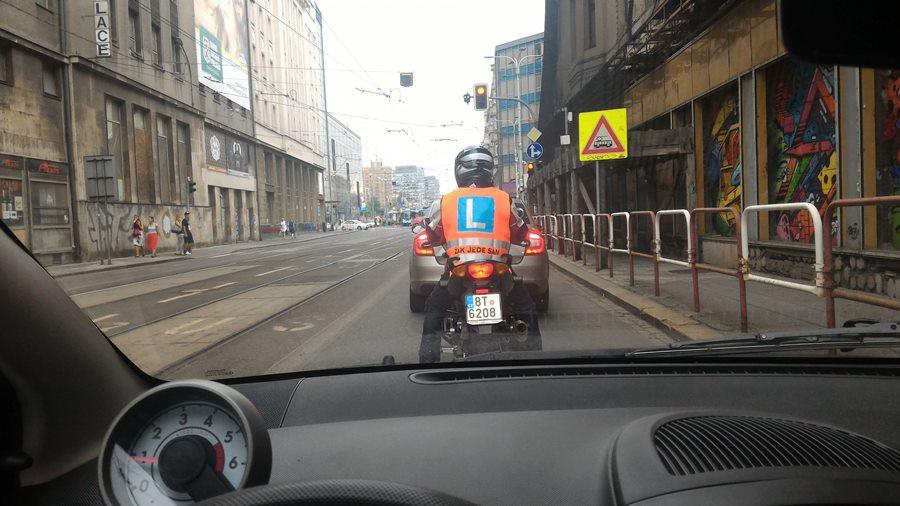 Žák jede sám na motocyklu